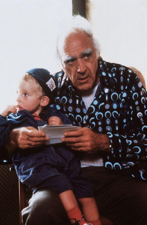 Auch James Großvater (Abe Vigoda, r.) kümmert sich rührend um den kleinen Mikey (Jason Schaller, l.) ... - Bildquelle: TriStar Pictures