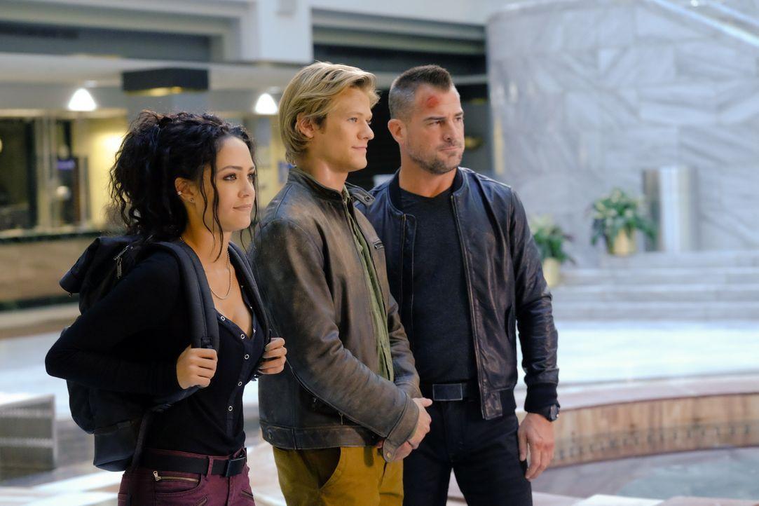 """Die """"Phoenix Foundation"""": Riley Davis (Tristin Mays, r.), MacGyver (Lucas Till, M.) und Jack Dalton (George Eads, l.) sind ein eingeschworenes Team... - Bildquelle: 2016 CBS Broadcasting, Inc. All Rights Reserved"""