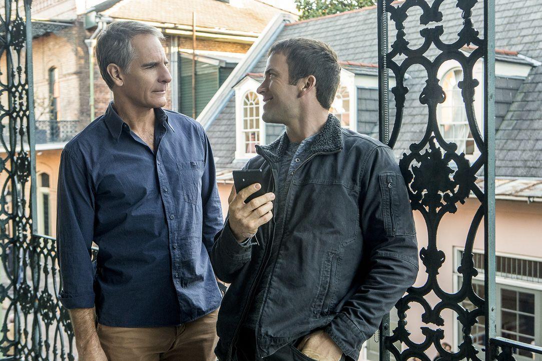 Pride (Scott Bakula, l.) und LaSalle (Lucas Black, r.) werden in ein Migrationsdrama hineingezogen, als sie den Mord an einem Unteroffizier aufkläre... - Bildquelle: 2015 CBS Broadcasting, Inc. All Rights Reserved