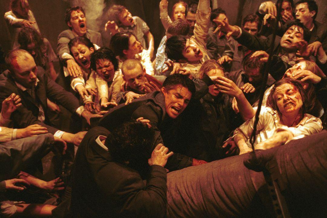 Einmal in den Fängen der Zombies ist es für Chad (Martin Crewes, M.) fast unmöglich, lebend zu entkommen ... - Bildquelle: Constantin Film Verleih GmbH