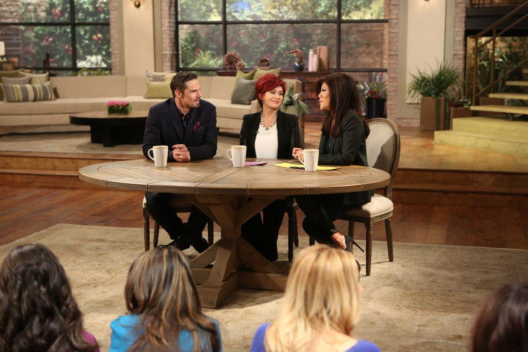 """Vincent (Jay Ryan, l.) tritt bei Sharon Osbourne (M.) und Julie Chen (r.) in """"The Talk"""" auf, um allen zu beweisen, dass er noch am Leben ist ... - Bildquelle: 2013 The CW Network, LLC. All rights reserved."""