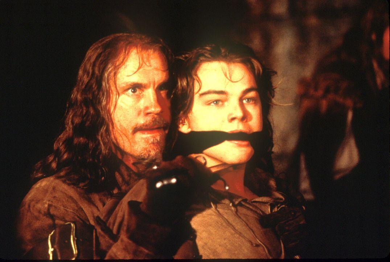 Als es Musketier Athos (John Malkovich, l.) gelingt, den Gefangenen (Leonardo DiCaprio, r.) zu befreien, ist er überrascht. Dieser ist dem König wie... - Bildquelle: 1998 UNITED ARTISTS PICTURES INC. All Rights Reserved