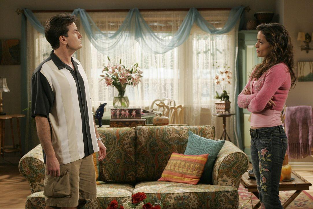 Als Mia (Emmanuelle Vaugier, r.) Charlie (Charlie Sheen, l.) dabei erwischt, wie er sich mit seiner alten Freundin Kandi auf der Terrasse betrinkt,... - Bildquelle: Warner Brothers Entertainment Inc.