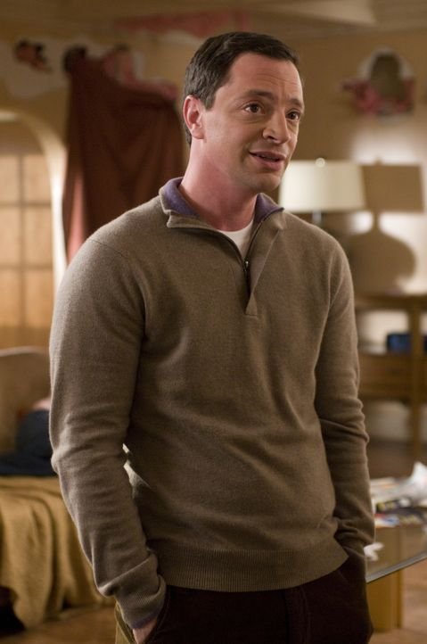 Zu Marys Missgunst bietet Peter (Joshua Malina) ihrem Verlobten einen Job an - doch ausgerechnet als Autoverkäufer? - Bildquelle: USA Network