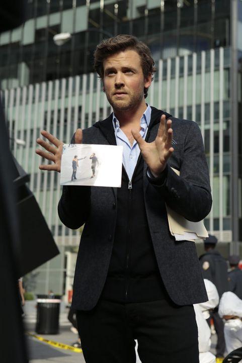 Cameron Black (Jack Cutmore-Scott) drängt dem FBI seine Mitarbeit förmlich auf, als er am Tatort des Giftmordes auftaucht und sogleich mit seiner Tä... - Bildquelle: Warner Bros.