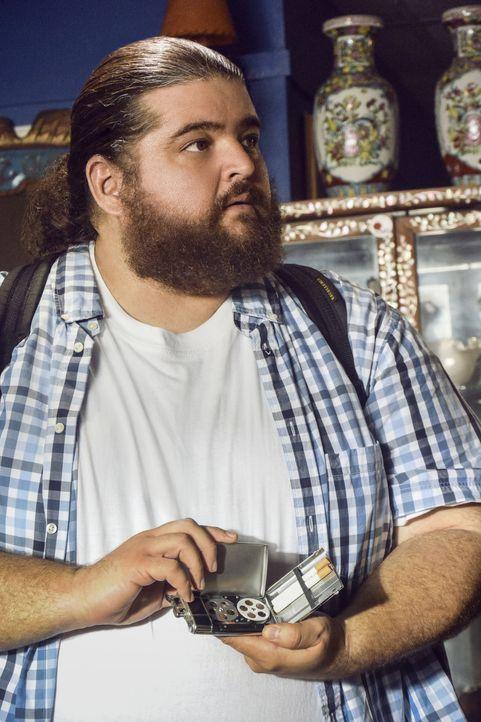 Muss mit dem Tod einer Freundin zurechtkommen: Jerry (Jorge Garcia) ... - Bildquelle: Norman Shapiro 2016 CBS Broadcasting, Inc. All Rights Reserved / Norman Shapiro