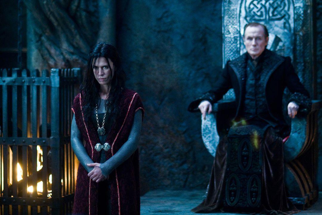 Noch ahnt der König der Vampire, Victor (Bill Nighy, r.) nicht, dass seine geliebte Tochter Sonja (Rhona Mitra, l.) ihr Herz an einen Sklaven, einen... - Bildquelle: 2009 Lakeshore Entertainment Group LLC. All Rights Reserved.