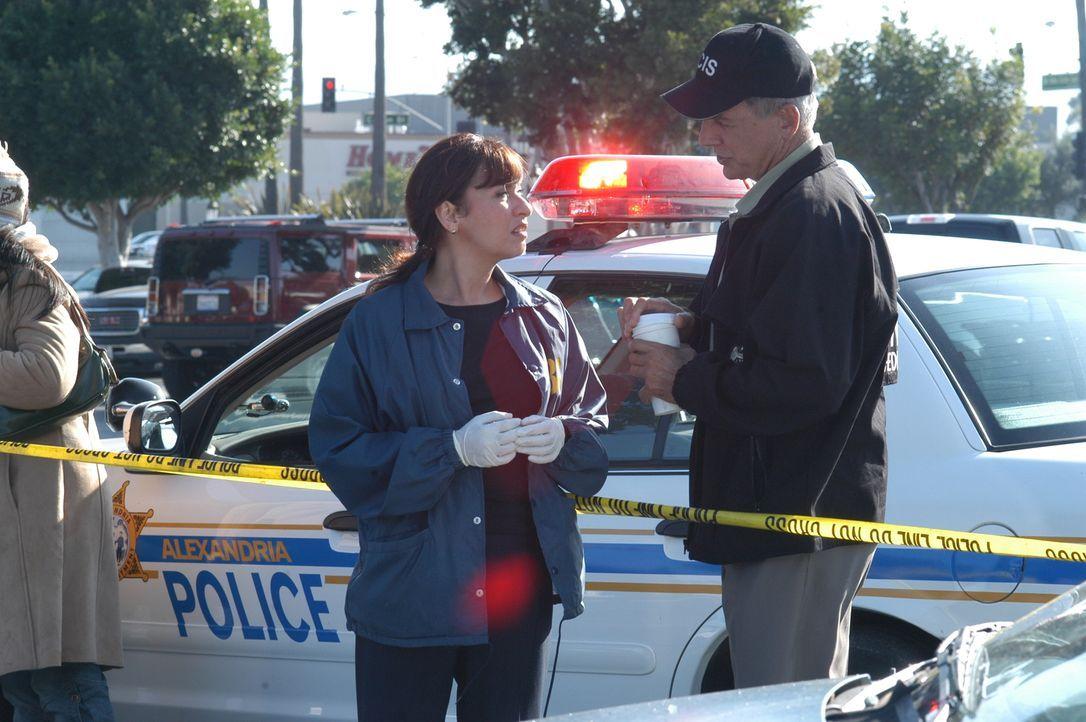 Kann Lina Reyes (Elizabeth Pena, l.) Gibbs (Mark Harmon, r.) Aufschluss über die Explosion geben? - Bildquelle: CBS Television