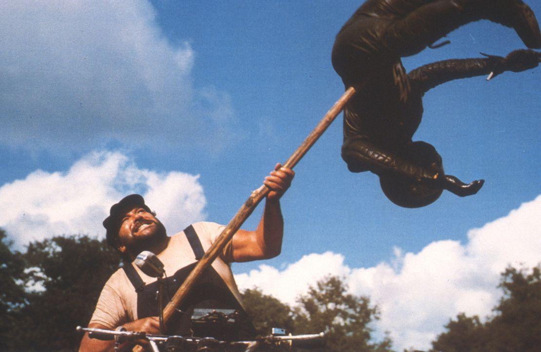 Ben (Bud Spencer) räumt mit der Mistgabel auf ... - Bildquelle: Columbia Pictures