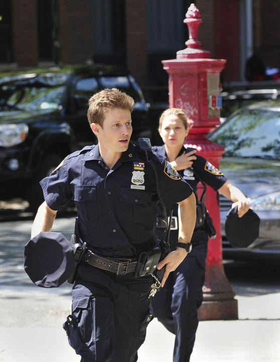 Als eine Gerichtsverhandlung, an der Erin teilnimmt, außer Kontrolle gerät, werden Jamie (Will Estes l.) und Eddie (Vanessa Ray, r.) Zeugen eines sc... - Bildquelle: 2013 CBS Broadcasting Inc. All Rights Reserved.