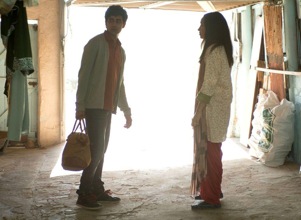 Nachdem sein Video im Internet zu sehen ist, fühlt sich Aayan (Suraj Sharma, l.) nicht mehr sicher und bittet seine Freundin Kiran (Shavani Seth, r.... - Bildquelle: 2014 Twentieth Century Fox Film Corporation