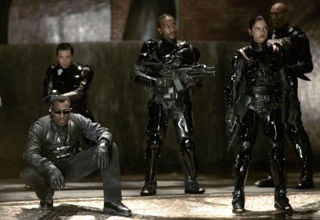 Gemeinsam versuchen Vampire und ihre Jäger, den überaus gefährlichen Reapern den Garaus zu machen: (v.l.n.r.) Blade (Wesley Snipes), Asad (Danny Joh... - Bildquelle: New Line Cinema