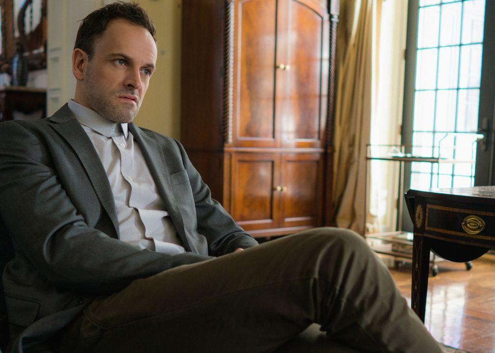 Sherlock (Jonny Lee Miller) macht sich Sorgen um Hawes, weil dieser nach dem Anschlag auf die Pathologie bei seiner Arbeit plötzlich Fehler macht. U... - Bildquelle: Michael Parmelee 2016 CBS Broadcasting Inc. All Rights Reserved.
