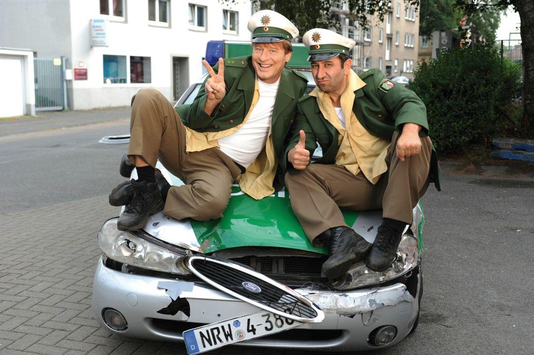 Die beiden Polizisten Tommie (Tom Gerhardt, l.) und Mario (Hilmi Sözer, r.) stehen kurz vor ihrer Entlassung, als ihr bislang größter Fall naht. Die... - Bildquelle: 2010 Constantin Film Verleih GmbH