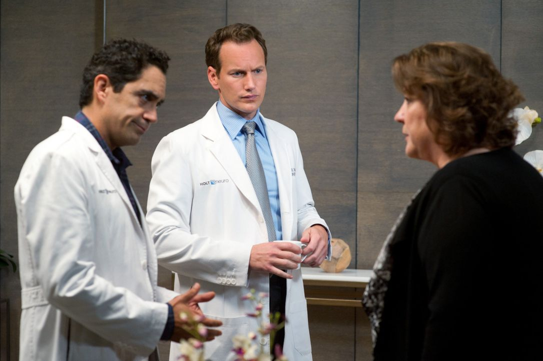 Der ehemalige Football-Star Donnie Bremmer wird in die Klinik eingeliefert, wo er von Rita (Margo Martindale, r.), die ein großer Fan von ihm ist,... - Bildquelle: 2011 CBS BROADCASTING INC. ALL RIGHTS RESERVED