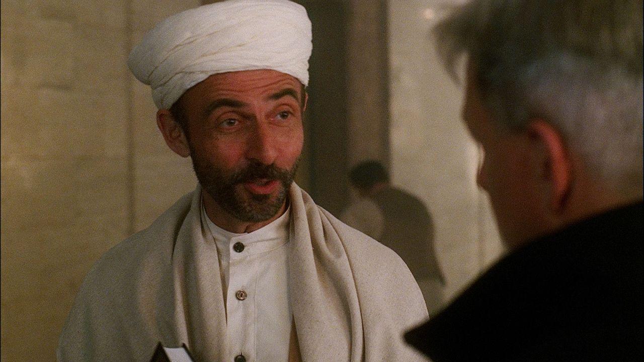 Gibbs (Mark Harmon, r.) und sein Team befragen Khalid Mohammed Bakr (Shaun Toub), den  Vater des  Ermordeten, dessen Moschee vom FBI überwacht wird,... - Bildquelle: CBS Television