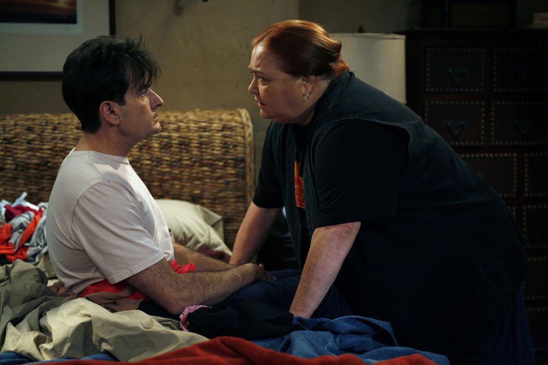 Als Berta (Conchata Ferrell, r.) sich gegen Lydias Anmaßungen wehrt, stellt diese Charlie (Charlie Sheen, l.) vor die Wahl, sich zwischen ihr und B... - Bildquelle: Warner Brothers Entertainment Inc.