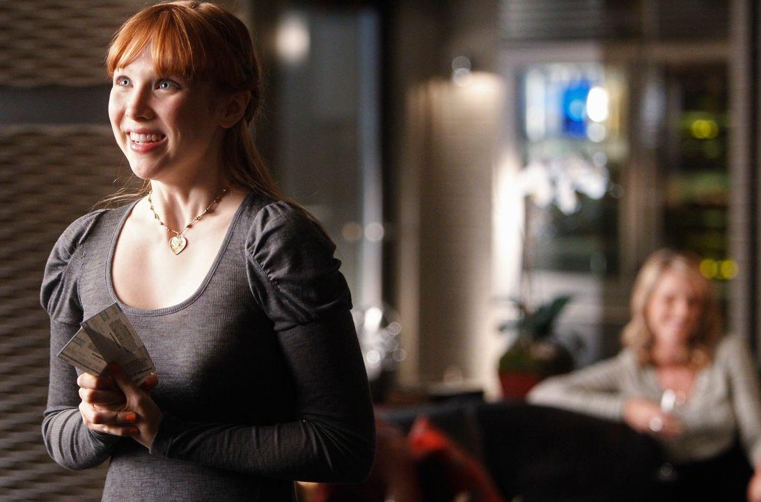 Alexis (Molly C. Quinn, l.) ist völlig aus dem Häuschen als sie von ihrer Mutter ((Monet Mazur, r.) Konzertkarten inklusive Backstagepässen bekommt.... - Bildquelle: 2010 American Broadcasting Companies, Inc. All rights reserved.