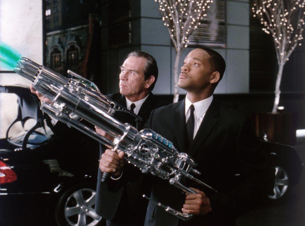Der Welt droht Gefahr, doch die Außerirdischen kriegen's nun mit Agent J (Will Smith, r.) und Agent K (Tommy Lee Jones, l.) zu tun ... - Bildquelle: 2003 Sony Pictures Television International