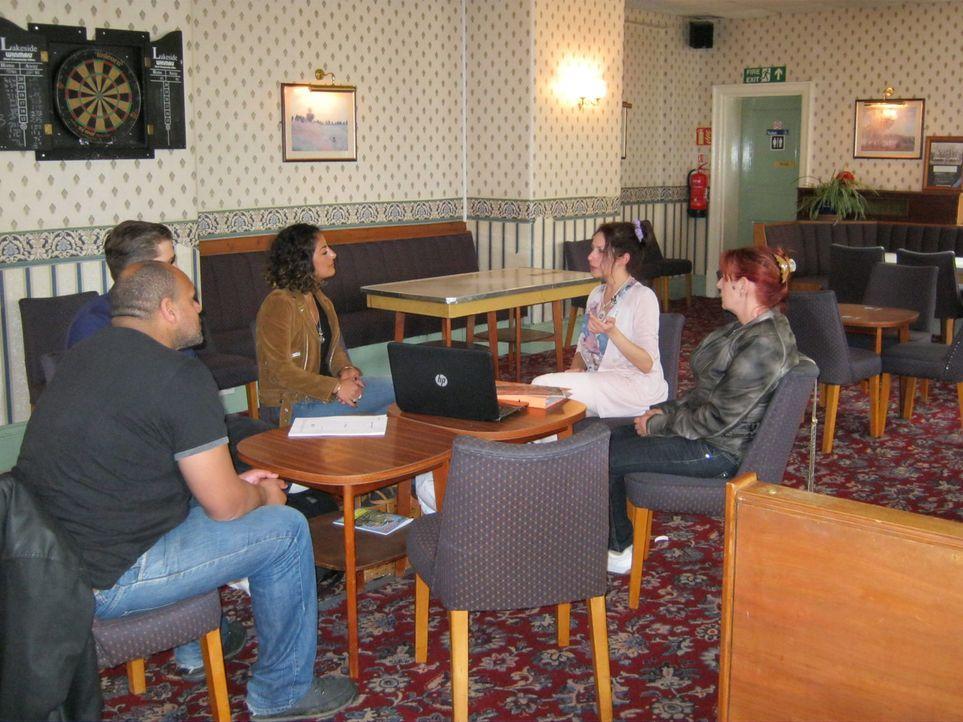 Wird Mirna (2.v.r.) es schaffen, die Jury von ihrer Business-Idee mit einem Musik-Pub im englischen Northwich zu überzeugen? - Bildquelle: kabel eins