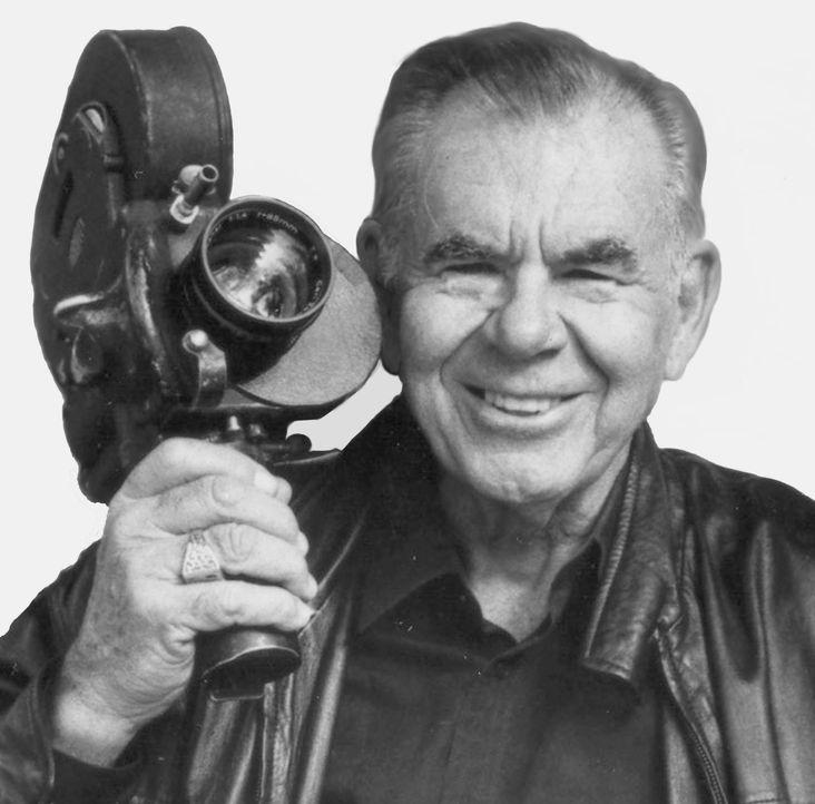 Die Darstellerinnen für seine Filme wählte er stets entsprechend seiner Vorliebe für extrem große Oberweiten aus: Film-Ikone Russ Meyer ... - Bildquelle: 1967 Eve Prod., Inc.