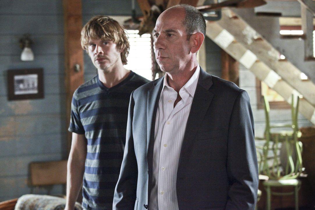 Während Owen Granger (Miguel Ferrer, r.) fest davon überzeugt ist, dass Kensi in einen Mordfall, der mit der Scharfschützeneinheit ihres verstorbene... - Bildquelle: CBS Studios Inc. All Rights Reserved.