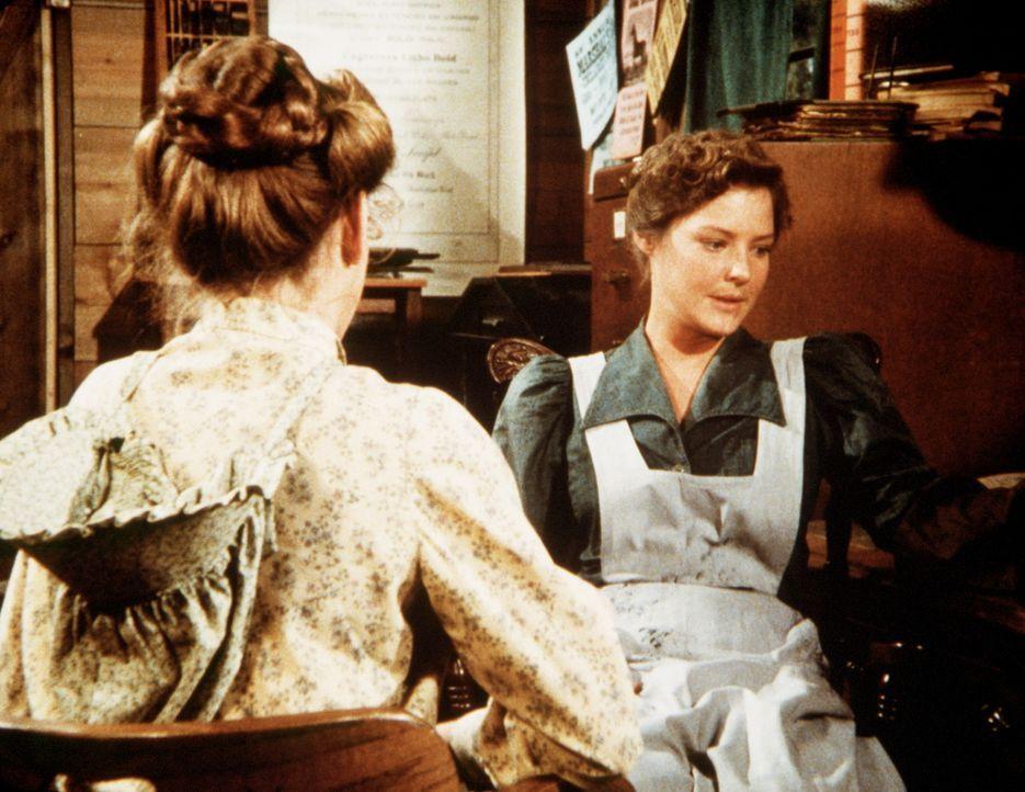 Sarah Carter (Pamela Roylance, r.) spricht sich mit Laura Ingalls (Melissa Gilbert, l.) über ihren Vater aus, der ihr soviel Kummer macht. - Bildquelle: Worldvision