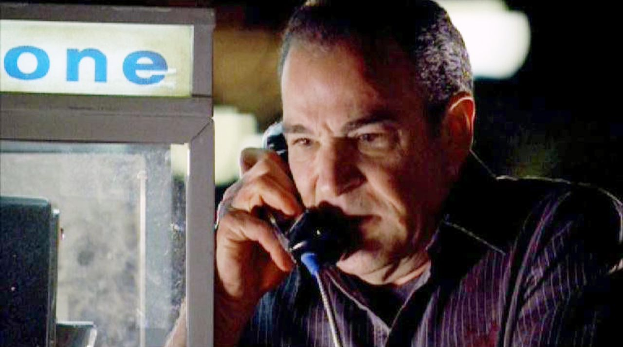 Special Agent Gideon (Mandy Patinkin) wird von der Polizei fälschlicherweise als Mörder gesucht und muß sich verstecken ... - Bildquelle: Touchstone Television