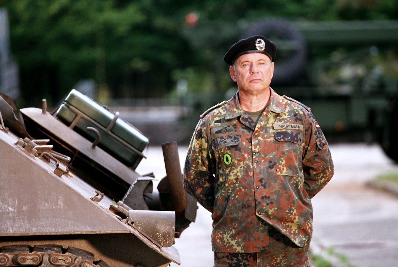 Nur höchst ungern lässt Major Hauptmann (Ronald Nitschke) seinen Lieblingspanzer ins freundschafliche Gefecht gegen die GIs antreten ... - Bildquelle: Constantin Film