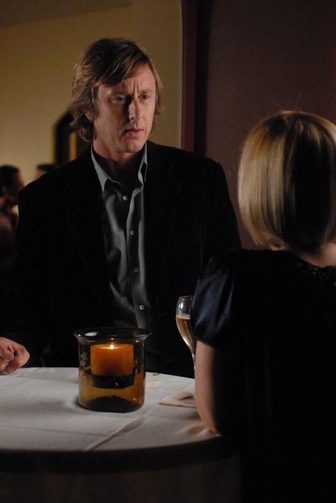 Allison (Patricia Arquette, r.) und Joe (Jake Weber, l.) sind zur Party von Peter und Bonnie Barrister eingeladen. Joe hat Peter erst am Morgen bei... - Bildquelle: Paramount Network Television