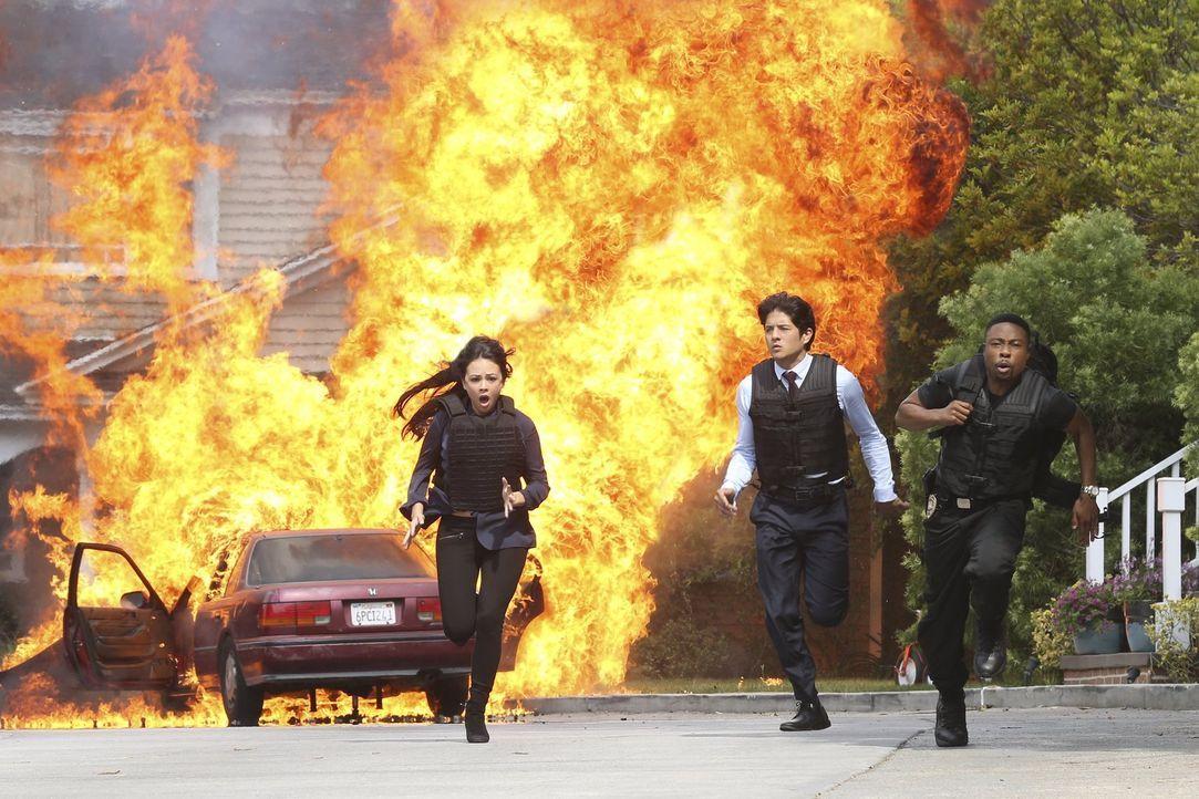 Carter (Justin Hires, r.) und Lee (Jon Foo, M.) sollen die Kronzeugin Nina Taylor (Janel Parrish, l.) zum Gericht eskortieren: Sie will gegen ihren... - Bildquelle: Warner Brothers