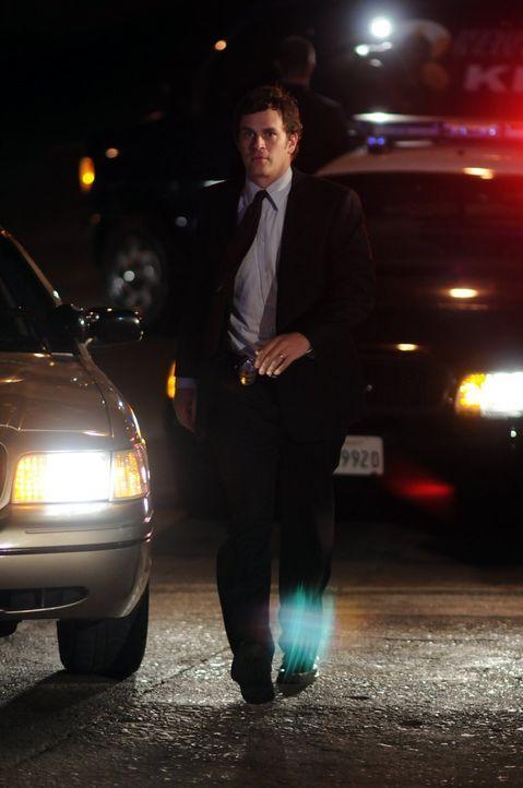Russell (Tom Everett Scott) eilt seiner Kollegin zur Hilfe ... - Bildquelle: Warner Brothers