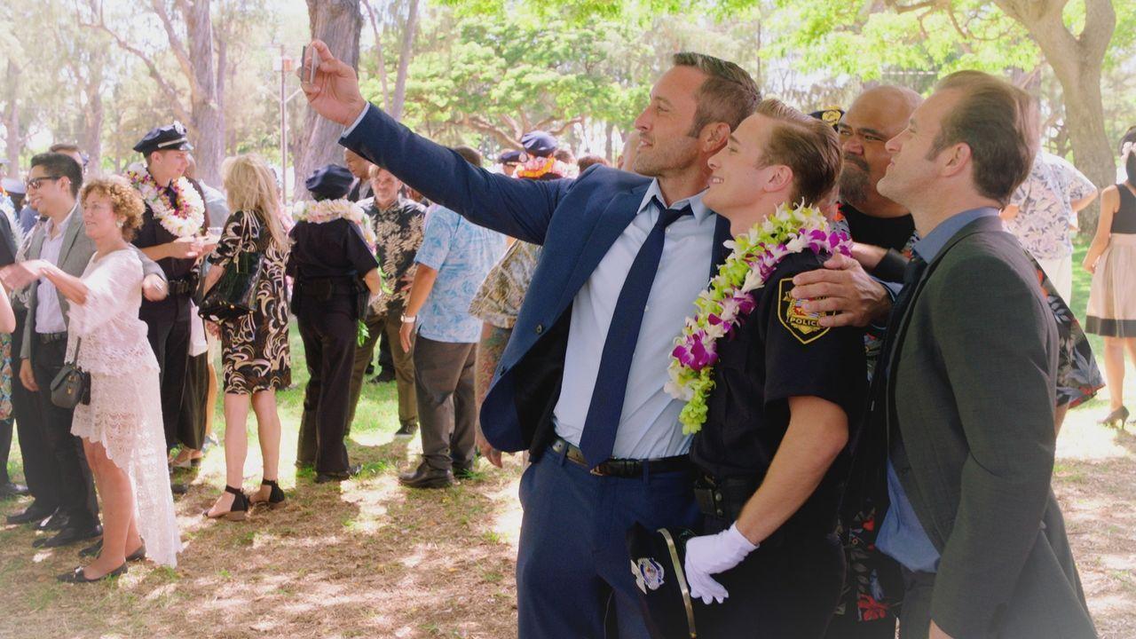 Während er um sein Leben kämpft, blickt Danny (Scott Caan, r.) in die Zukunft: McGarret (Alex O'Loughlin, l.) und Kamekona (Taylor Wily, 2.v.r.) fei... - Bildquelle: 2017 CBS Broadcasting Inc. All Rights Reserved.