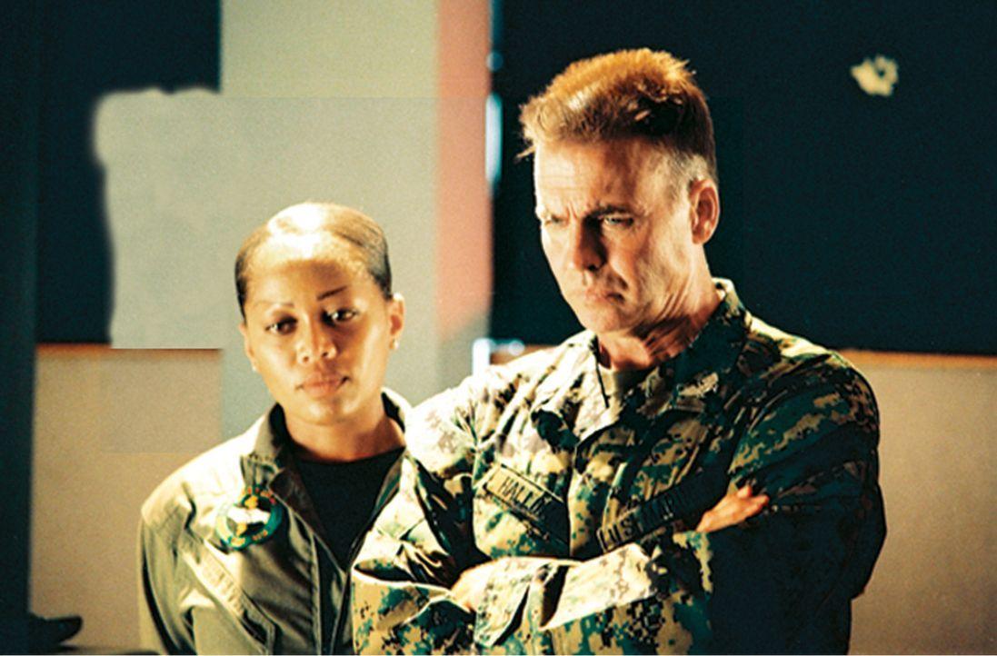 Müssen den gestohlenen Encoder ausfindig machen, bevor die Terroristen ihre Drohung wahrmachen: Captain Amy Jennings(Theresa Randle, l.) und Colonel... - Bildquelle: 2006 The Pacific Trust. All Rights Reserved.