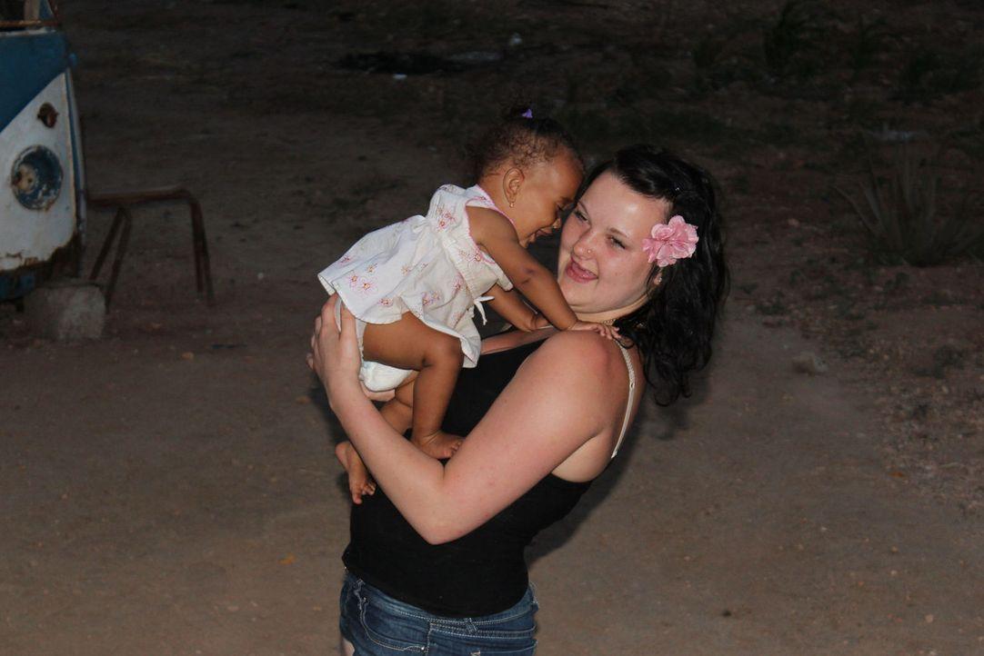 Rund 450 Kilometer vor der Küste Senegals, mitten im Atlantischen Ozean liegt der Mini-Insel-Staat Kap Verde. Die 17-jährige Anne (r.) soll hier ler... - Bildquelle: kabel eins
