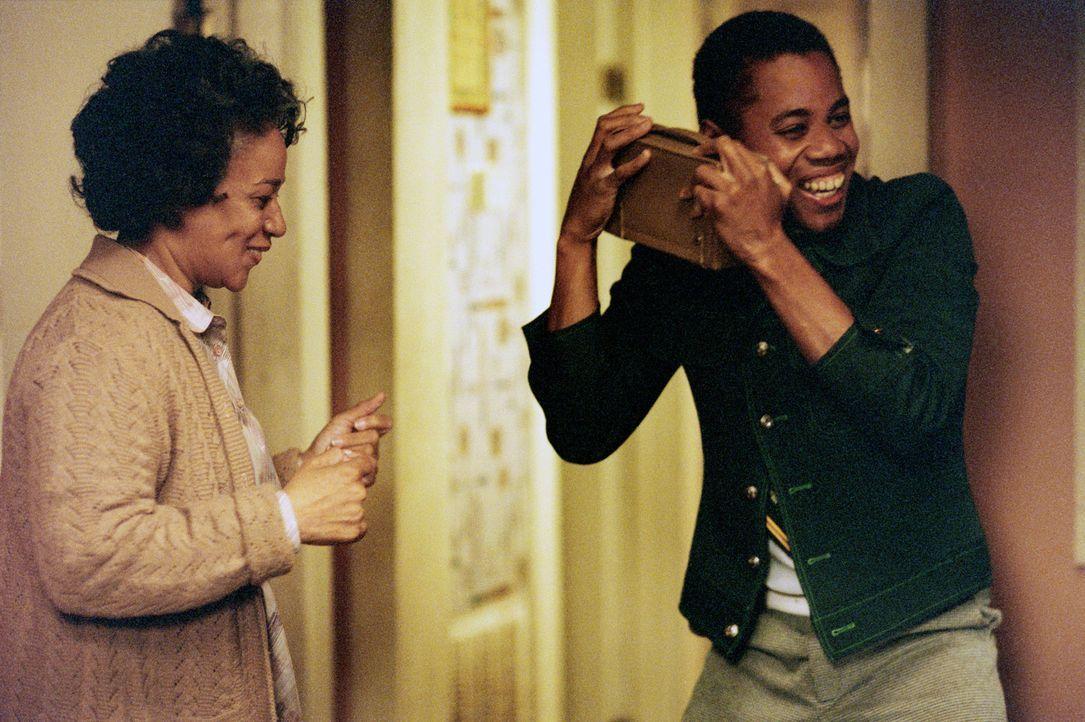 Radios Mama Maggie (S. Epatha Merkerson, l.; Cuba Gooding jr., r.) ist es immer wieder eine Freude, ihren Sohn so glücklich zu sehen, wenn er nur e... - Bildquelle: 2004 Sony Pictures Television International. All Rights Reserved.