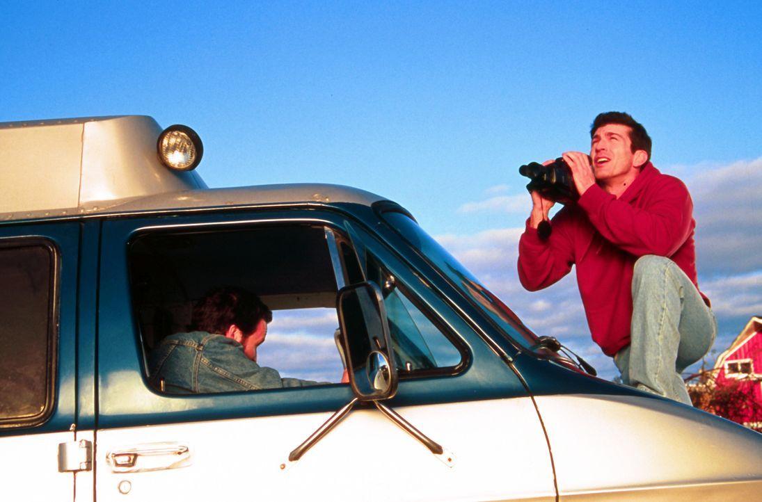 Befürchtet, dass ein Orkan die Stadt verwüsten könnte. Doch niemand will Petes (Joe Lando, r.) Berechnungen Glauben schenken ... - Bildquelle: Cinetel Films Inc.