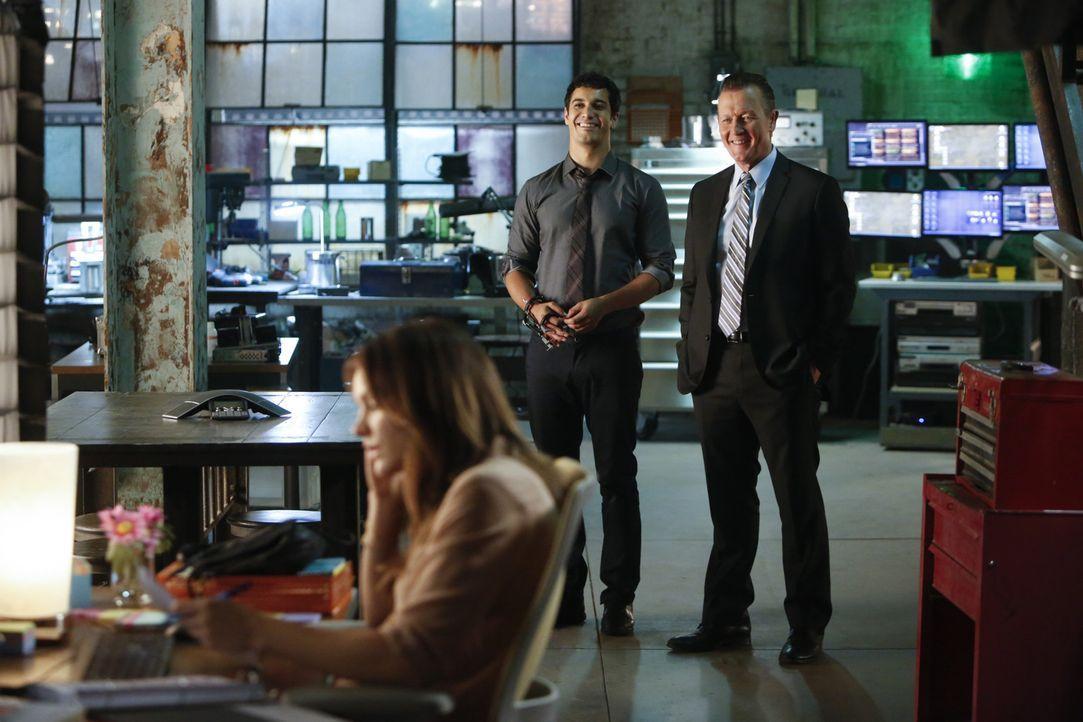 Während Cabe (Robert Patrick, r.) glaubt, dass Walter (Elyes Gabel, M.) wieder arbeitsfähig ist, erkennt Paige (Katharine McPhee, l.) schnell, dass... - Bildquelle: Monty Brinton 2015 CBS Broadcasting, Inc. All Rights Reserved.