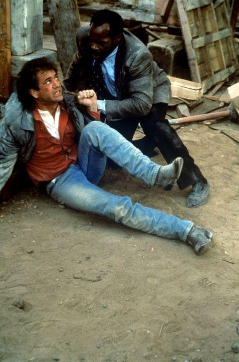 Weil Riggs (Mel Gibson, l.) versucht, eine Autobombe mit seinem Taschenmesser zu entschärfen, kommt es zu einer gewaltigen Detonation. Prompt werde... - Bildquelle: Warner Bros.