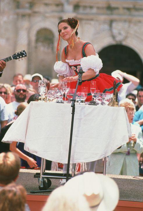 Ein bekannter Terrorist kündigt einen Bombenanschlag beim nationalen Schönheitswettbewerb an. Für die Agentin Gracie (Sandra Bullock), die burschiko... - Bildquelle: 2000. Warner Brothers International Television Distribution Inc.