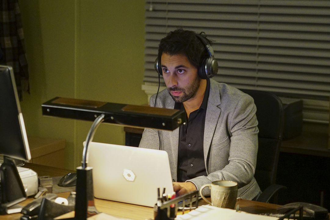 Was hat Qasim (Rafi Silver) auf dem Laptop entdeckt? - Bildquelle: Sonja Flemming 2016 CBS Broadcasting, Inc. All Rights Reserved / Sonja Flemming