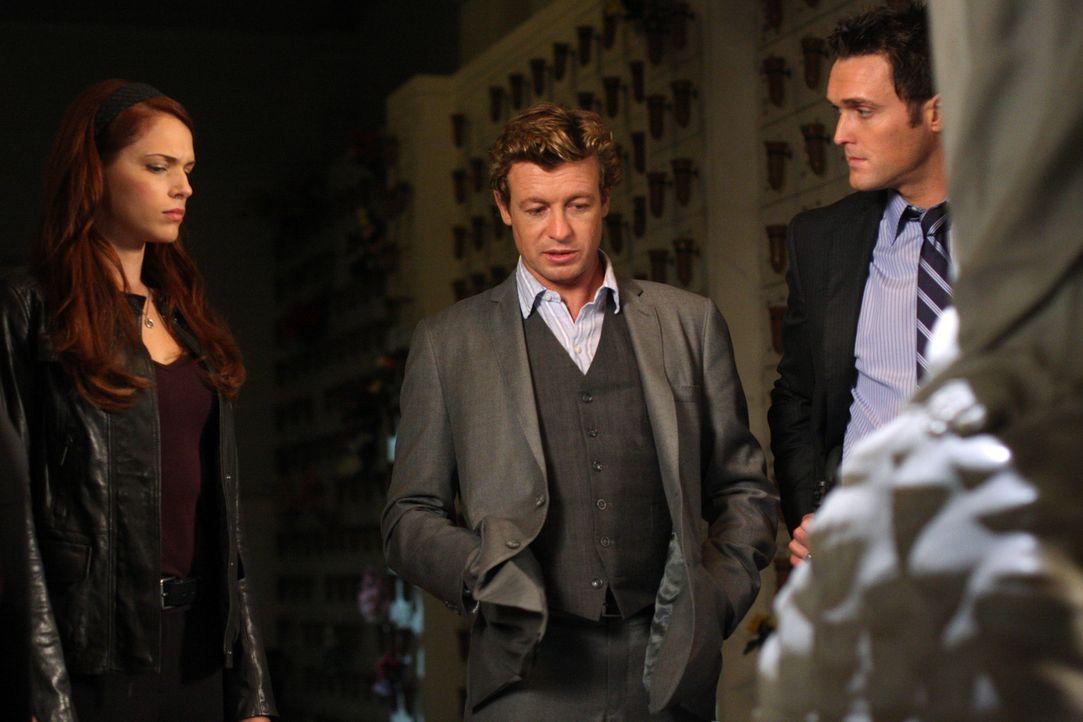 Ein neuer Fall beschäftigt Grace (Amanda Righetti, l.), Patrick (Simon Baker, M.) und Wayne (Owain Yeoman, r.) ... - Bildquelle: Warner Bros. Television