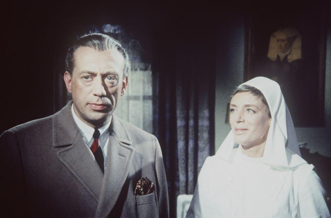 Inspektor Perkins von Scotland Yard (Horst Tappert, l.) und die Oberin des Mädchenwohnheims (Inge Langen, r.). Perkins sucht nach dem geheimnisvolle... - Bildquelle: Constantin Film