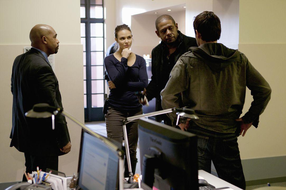 Als in Dallas eine Drogensüchtige, ein Dealer und ein alter Mann ermordet werden, bittet Det. Sanderson (Michael Beach, l.) das Team um Mick (Matt R... - Bildquelle: ABC Studios