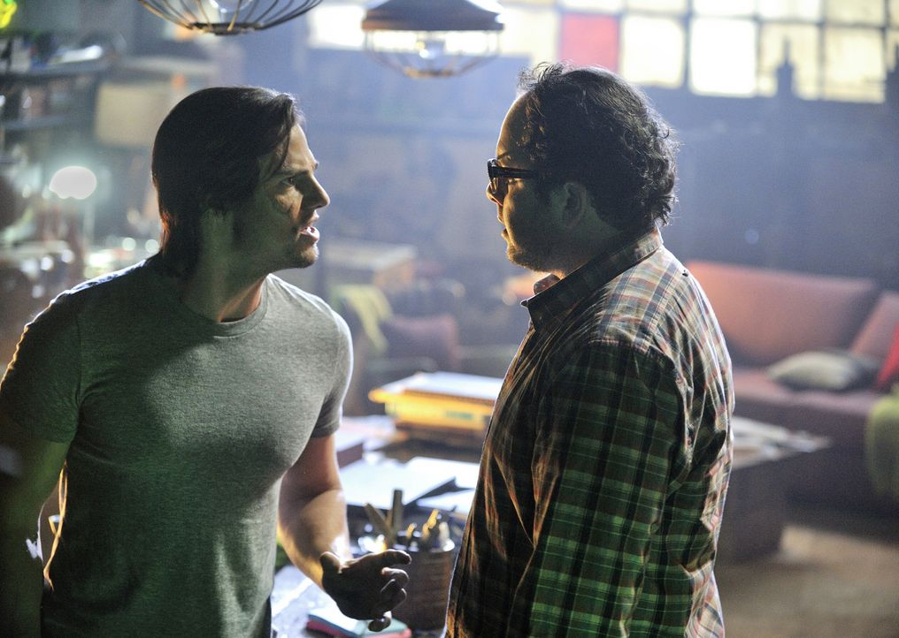 Vincent Keller (Jay Ryan, l.) hegt ein unglaubliches Geheimnis: Wenn er wütend oder in Gefahr ist, verwandelt er sich in eine furchteinflößende Best... - Bildquelle: 2012 The CW Network, LLC. All rights reserved.