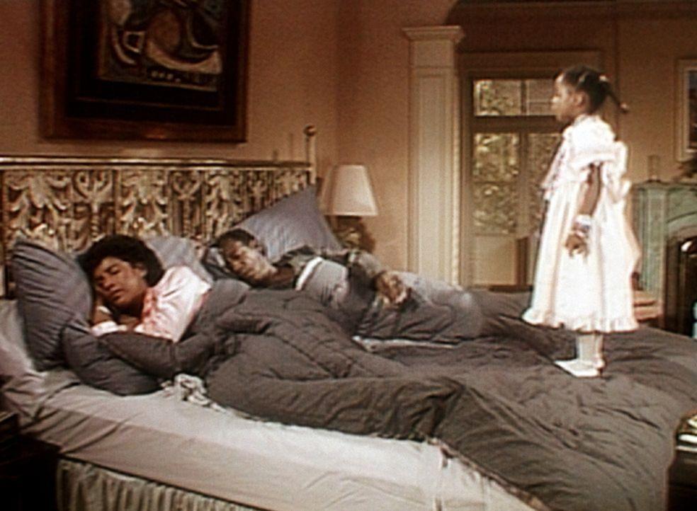 Rudy (Keshia Knight Pulliam, r.) kann es kaum erwarten: Schon am frühen Morgen steht sie bei Cliff (Bill Cosby, M.) und Clair (Phylicia Rashad, l.)... - Bildquelle: Viacom