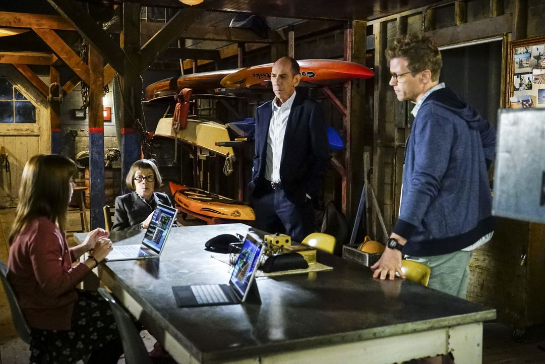 Während Callen, Sam, Deeks und Kensi in Syrien sind, versuchen Nell (Felice Smith, l.), Hetty (Linda Hunt, 2.v.l.), Granger (Miguel Ferrer, 2.v.r.)... - Bildquelle: Richard Cartwright 2016 CBS Broadcasting, Inc. All Rights Reserved.