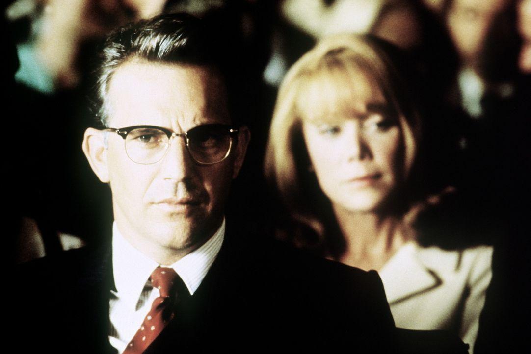 Der engagierte Staatsanwalt Jim Garrison (Kevin Costner, l.) kämpft gegen Vertuschungsversuche und die scheinbare Verschwörung der Involvierten im... - Bildquelle: Warner Bros.