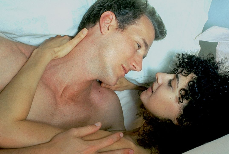 Cece (Delauné Michele, r.) und Sam (Frederick Deane, l.) führen eine harmonische Beziehung, bis schonungslose Verbrecher in ihr Leben einbrechen ...