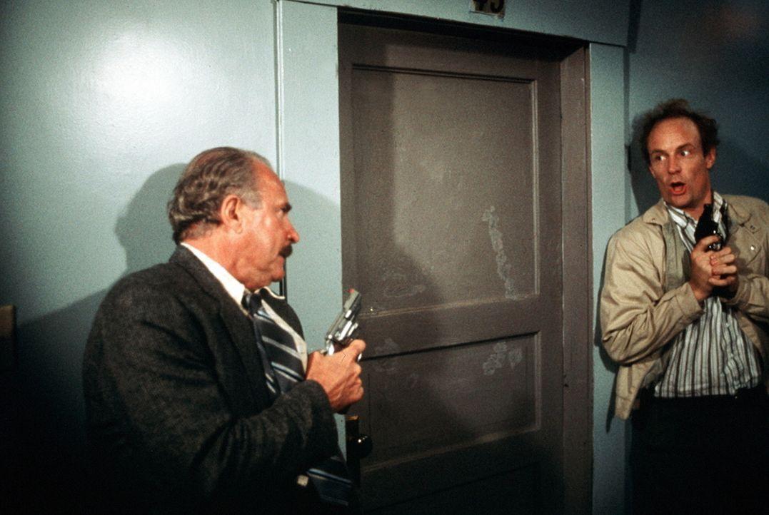 Ernie Dills (Matt Frewer, r.) weiß nicht so recht, ob er seinem Kollegen Burt Simpson (Dabney Coleman, l.), der sich in letzter Zeit äußerst selt... - Bildquelle: ITV plc (Granada International)